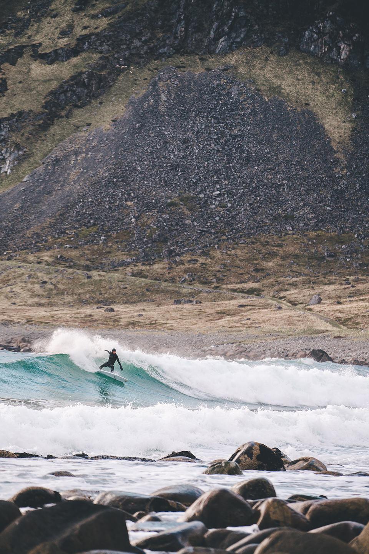 wellen-steine-strand-norwegen