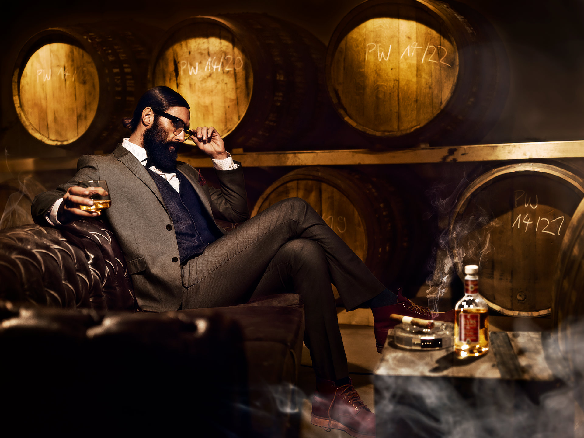 whiskey-mann-drink-anzug-faesser