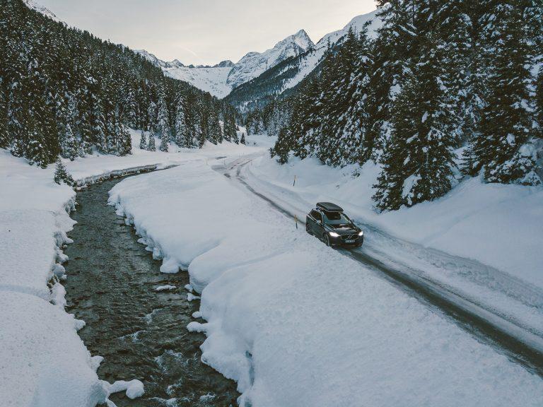 winter-auto-volvo-natur-berge