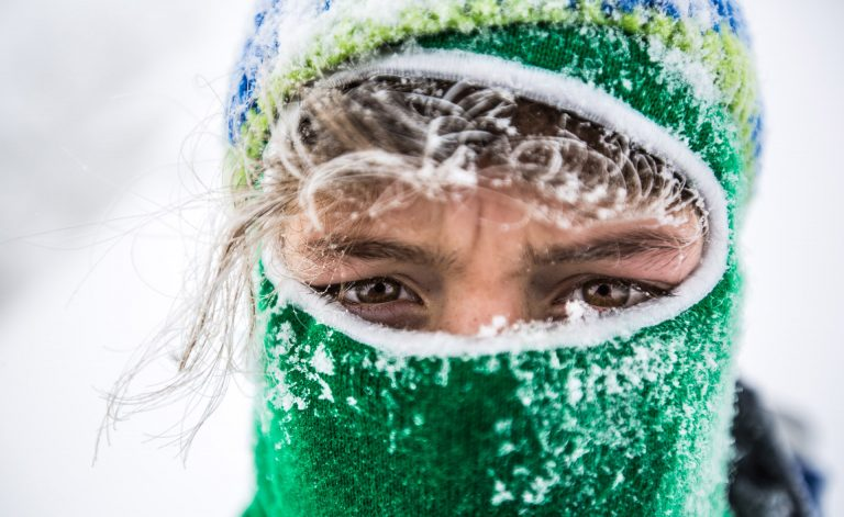 winter-frau-portrait-schnee-augen