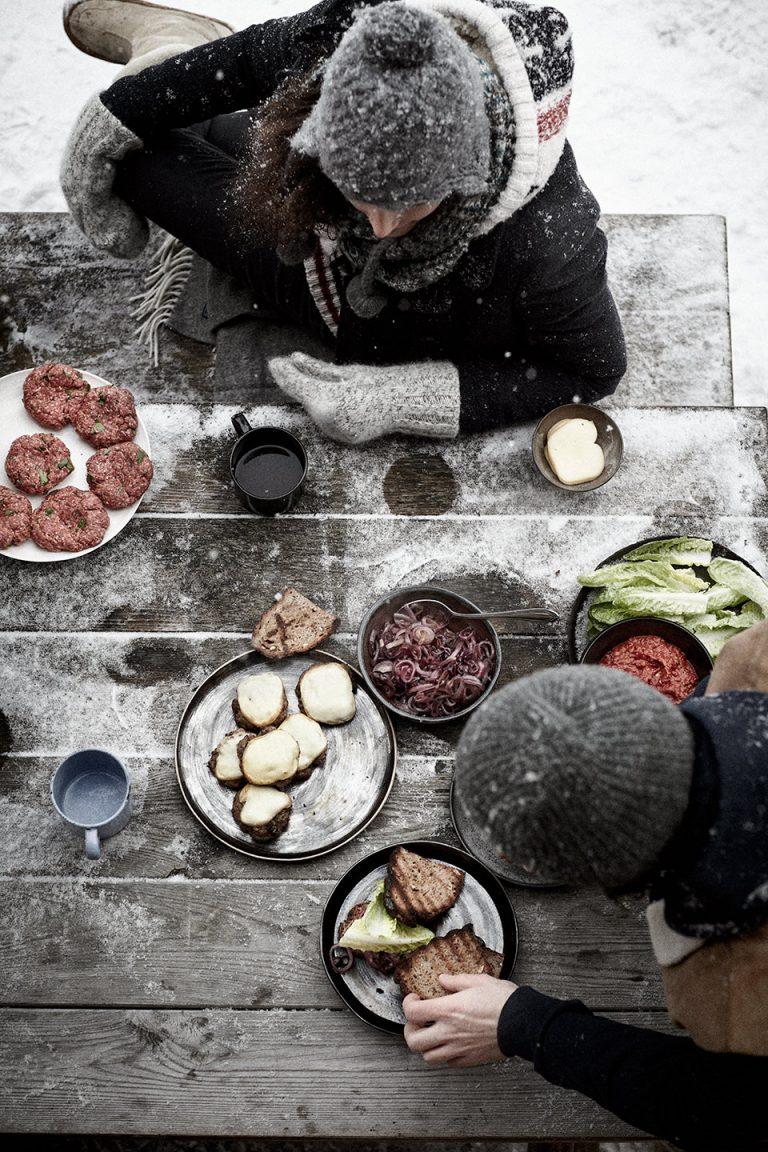 winter-tafel-topshot-burgerzubereitung-weber
