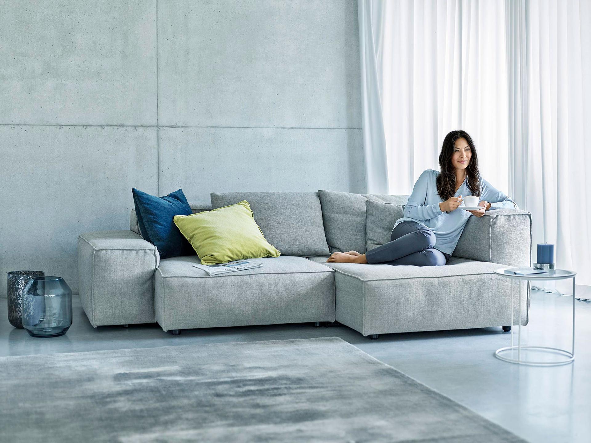 wohnzimmer-couch-frau-entspannt-siemens