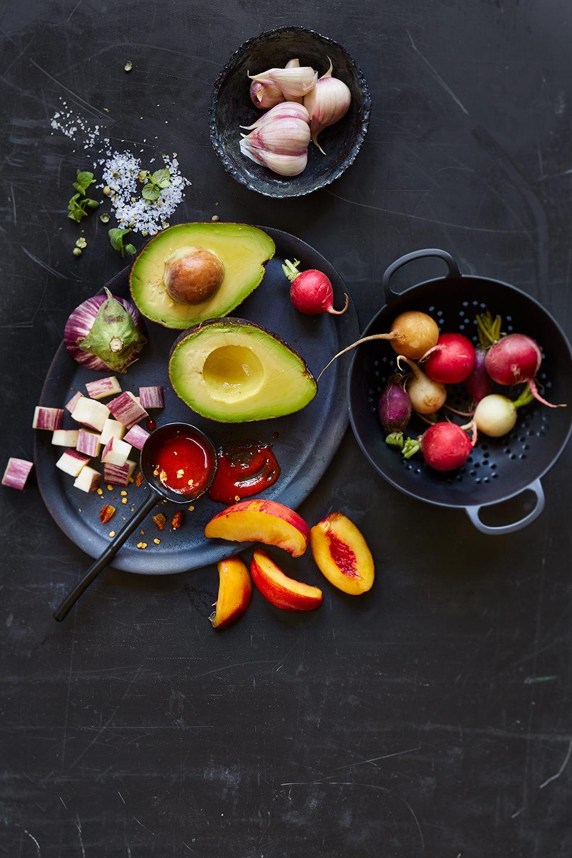 zutaten-lunch-salat-schwarzes-geschirr