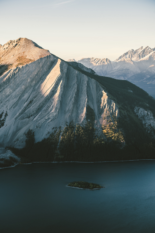 alberta-bergsee-aussicht-sonne-schatten