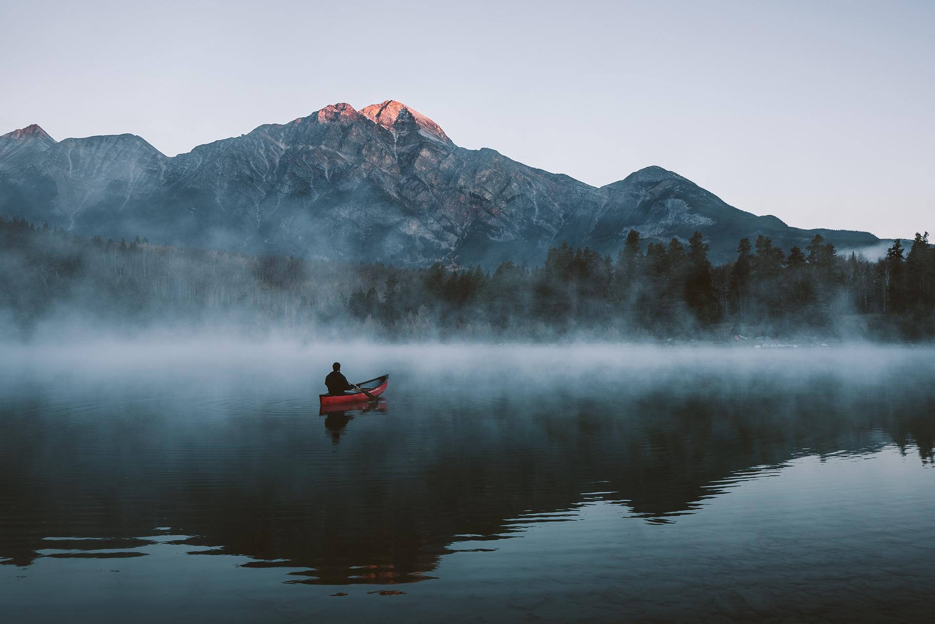 alberta-bergsee-boot-nebel-spiegelung