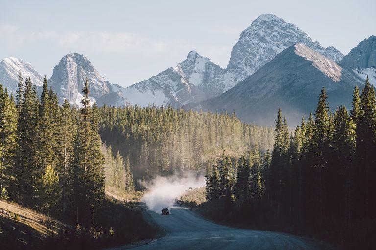 alberta-gebirge-kanada-strasse-auto
