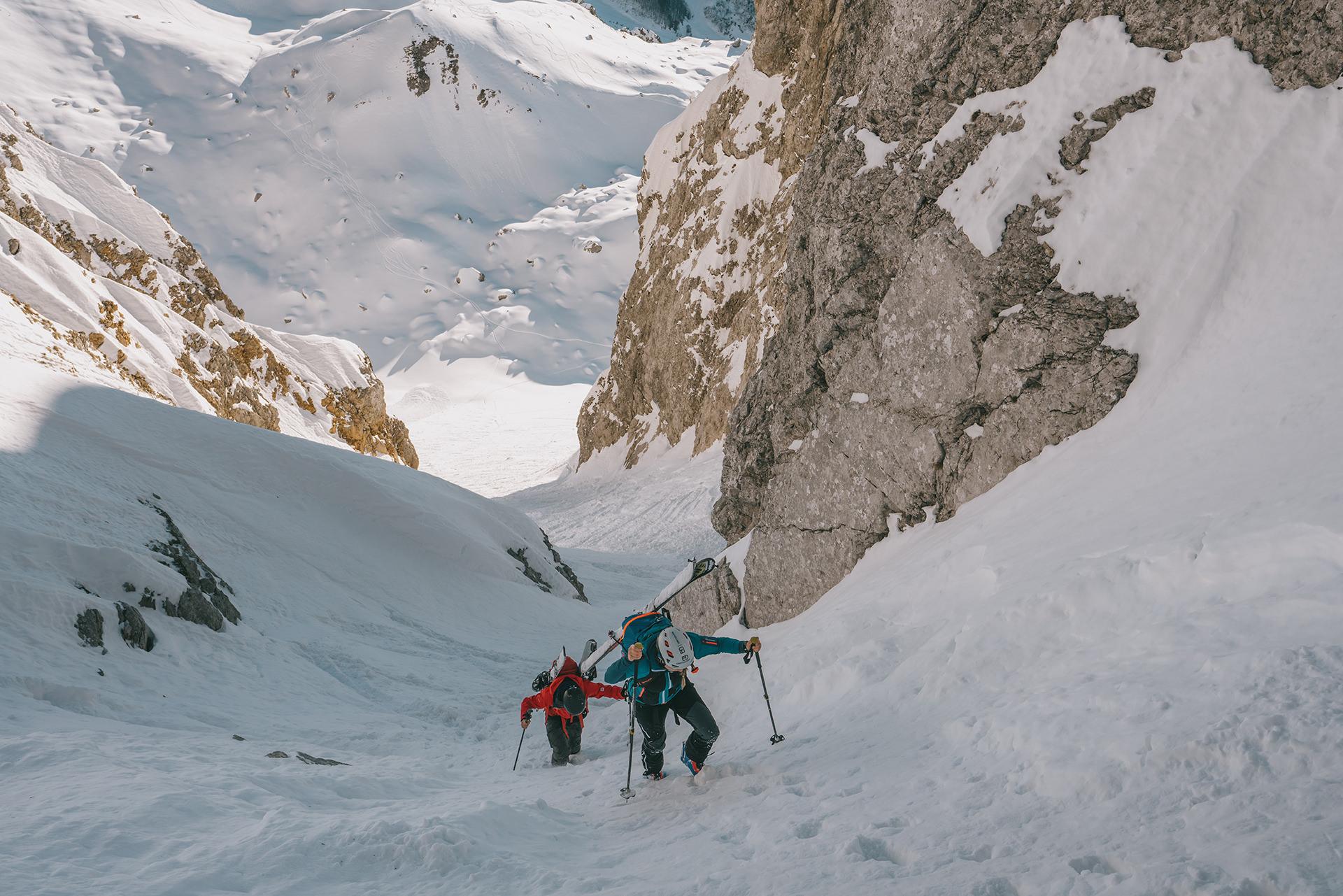 aufstieg-skitour-berge-schatten-aussicht