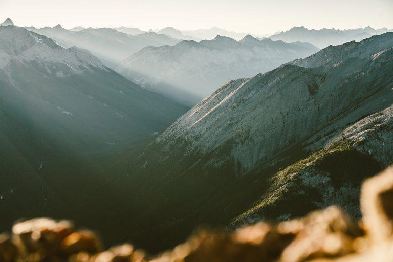 berge-sonnenstrahlen-alberta-aussicht