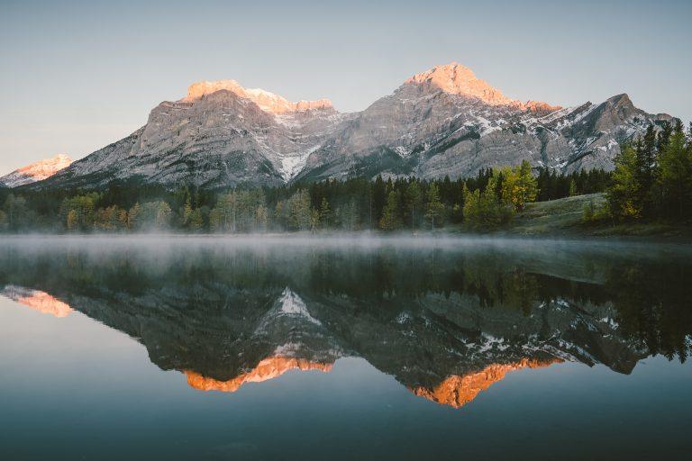 bergsee-spiegelung-nebel-alberta