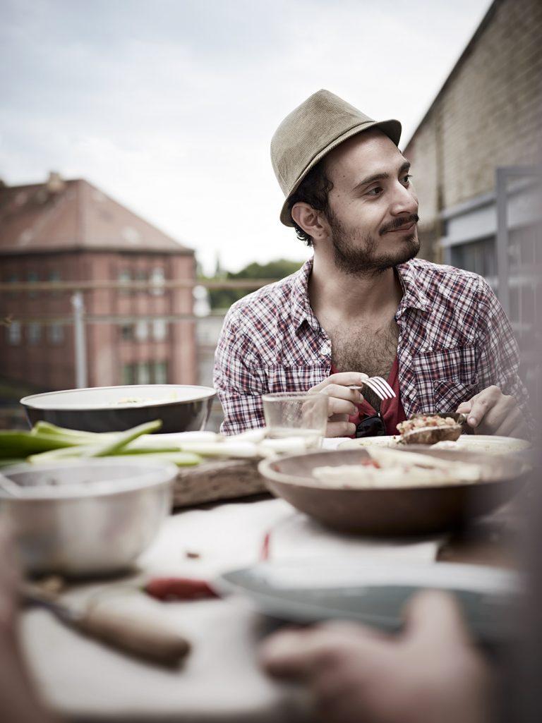berlin-grillszene-dachterrasse-weber