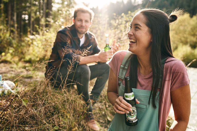 bier-frau-lachen-outdoor-fluss