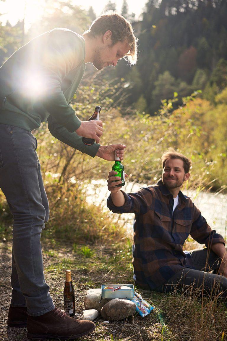bier-maenner-fluss-campen-geniessen