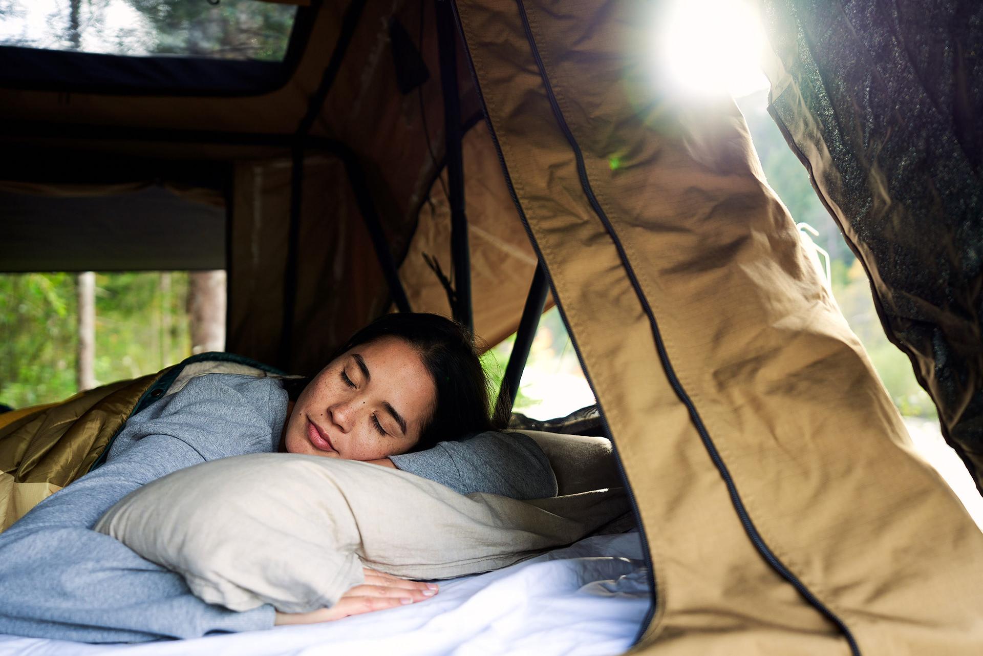 dachzelt-schlafen-frau-gemuetlich-morgen