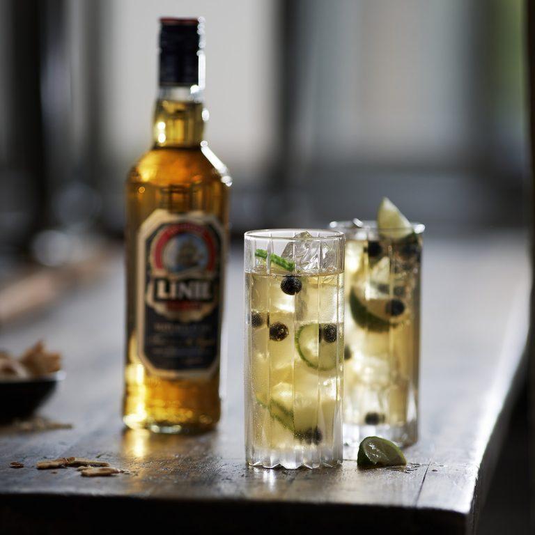 drink-flasche-spirituose-tisch-linie-aquavit