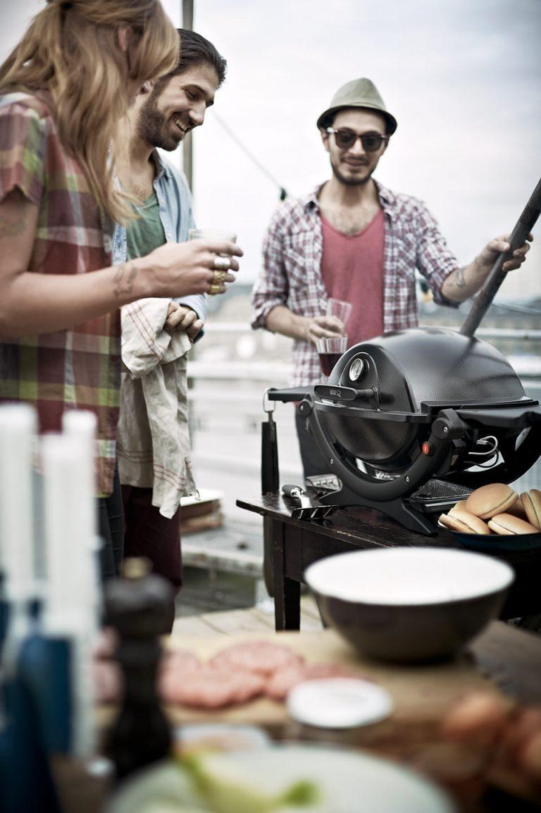 grillszene-sideshot-dachterrasse-weber