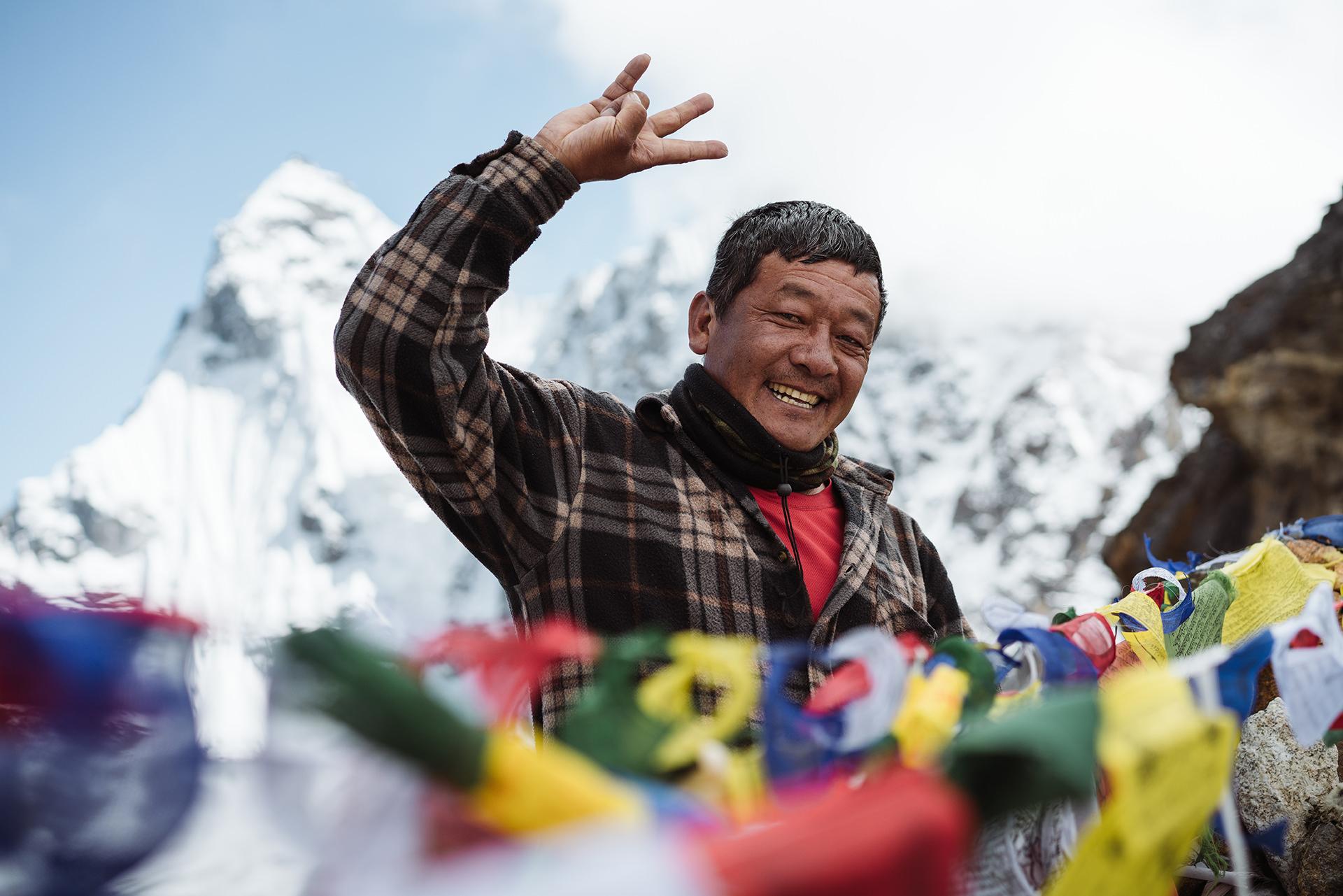 himalaya-einheimischer-mann-fahnen