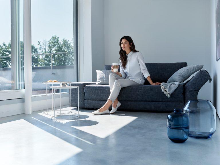 kaffee-modern-wohnzimmer-siemens-frau