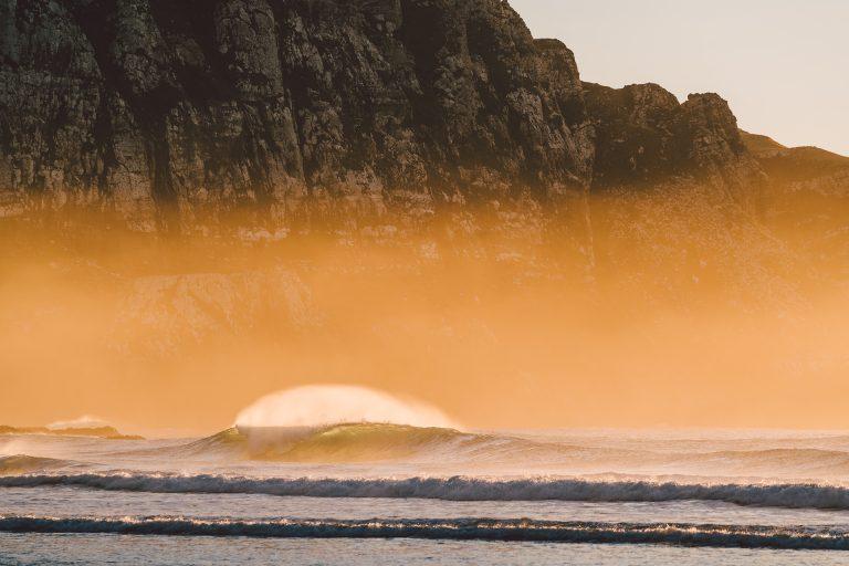 kueste-neuseeland-wellen-nebel