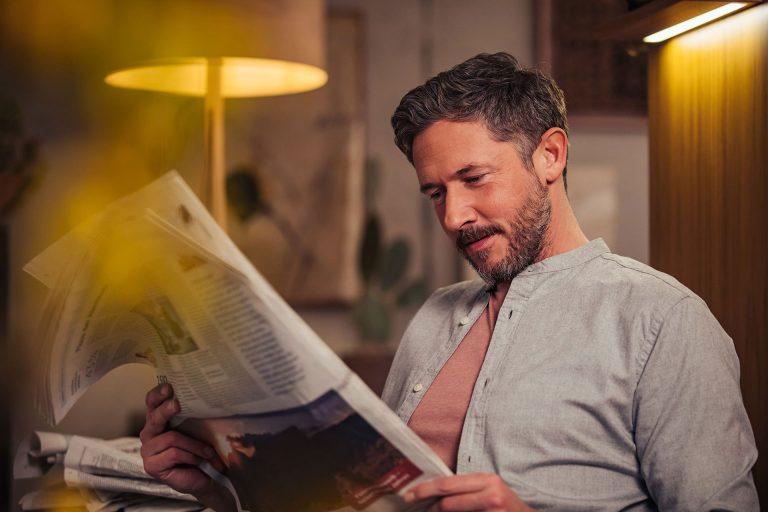 mann-zeitung-lesen-zuhause-gemuetlich