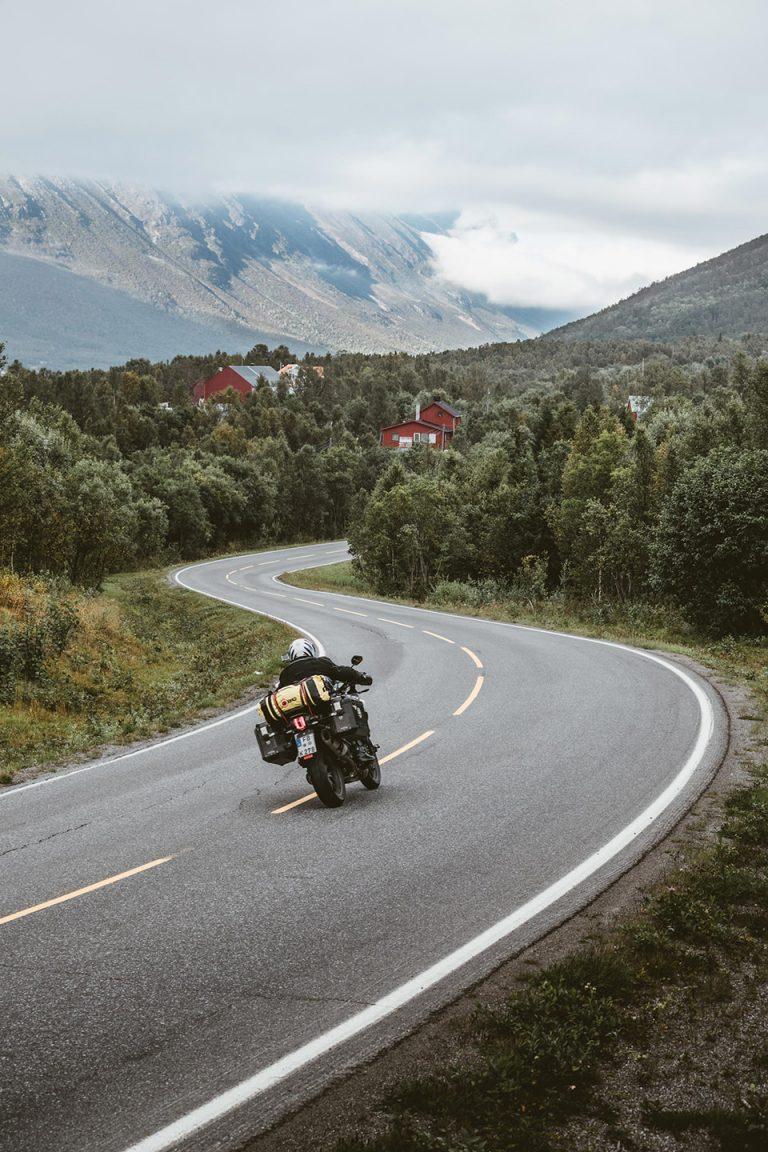 motorrad-tour-kurve-norwegen-ADAC