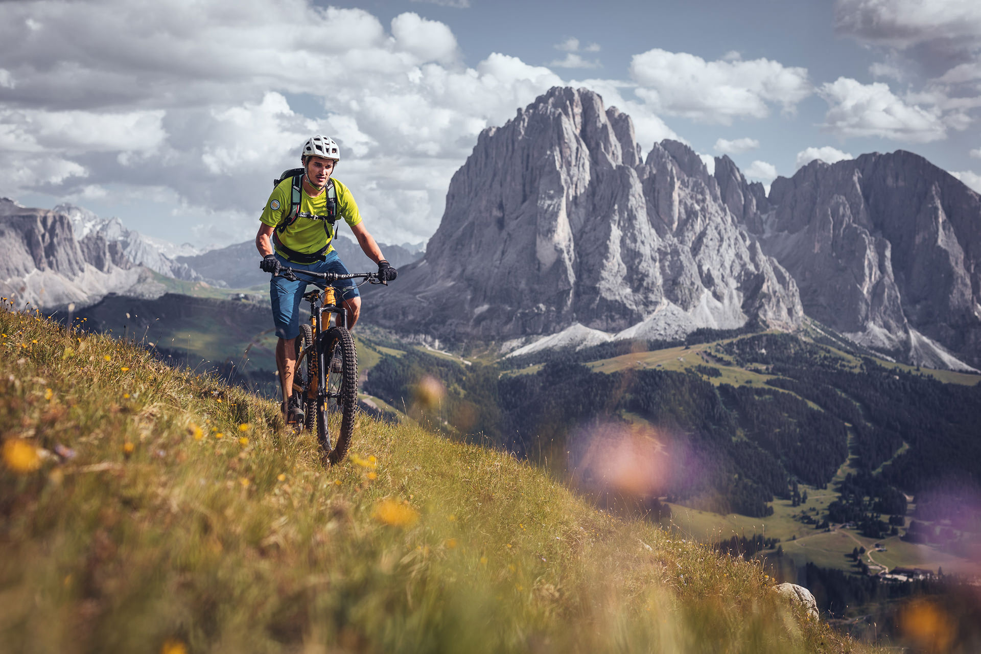 mountainbiken-val-gardena-gebirge-bergwiese