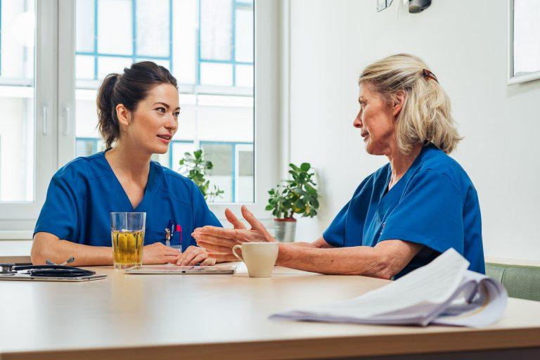 pfleger-besprechung-krankenhaus-mitarbeiter