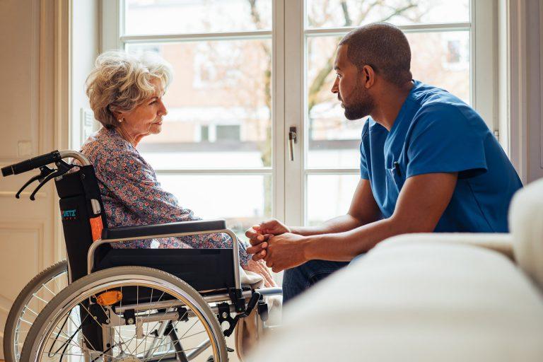 pfleger-patient-unterhaltung-krankenhaus