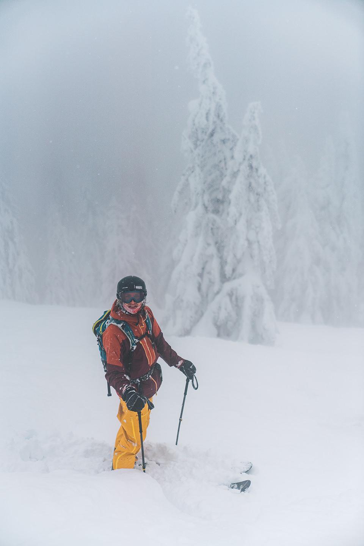 schnee-nebel-ski-fahren-kleidung