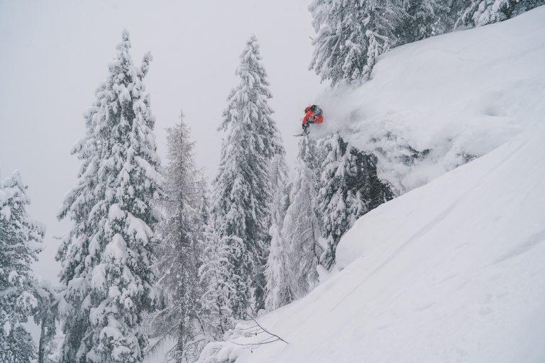 schnee-sprung-skifahren-tiefschnee