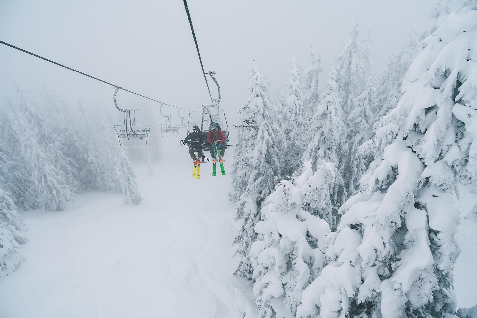 sessellift-nebel-skifahren-schnee