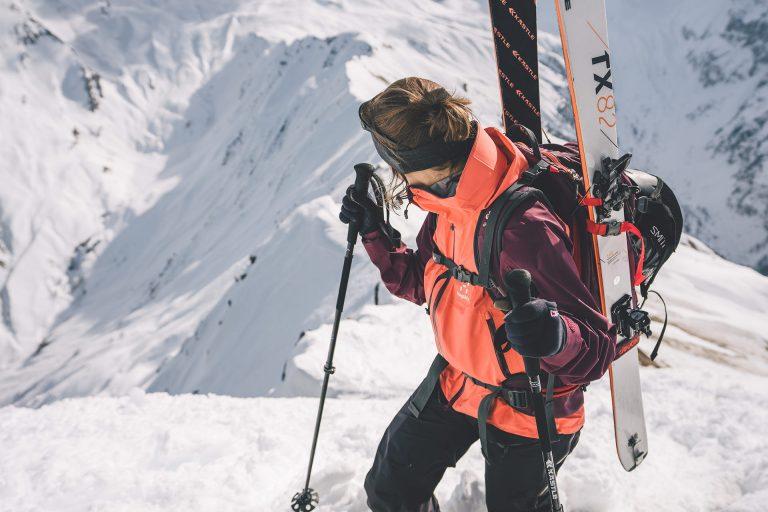 ski-tour-aufstieg-sonne-frau