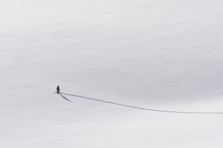 snowboard-schnee-spur-minimalistisch