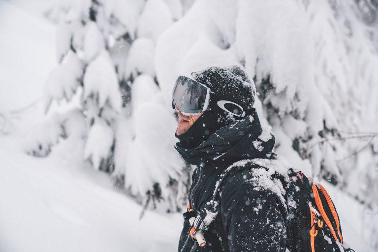 snowboarder-portrait-tiefschnee-weiss