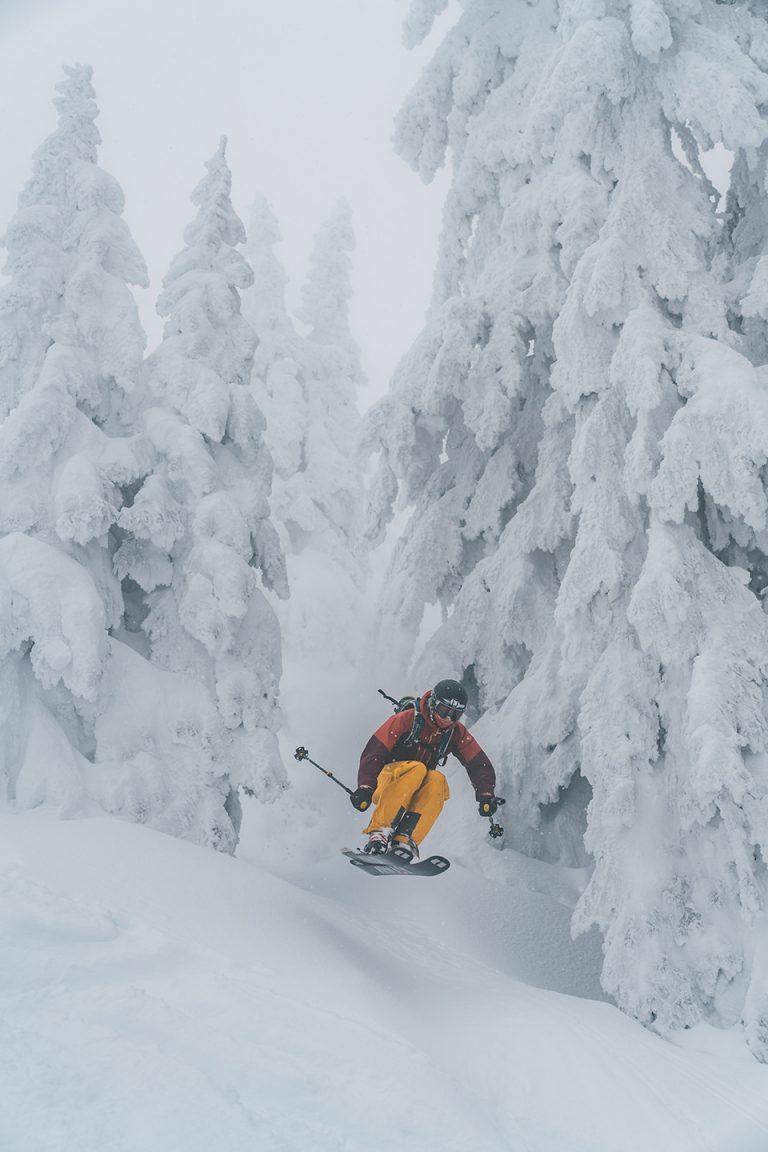 sprung-skifahren-tiefschnee-wald