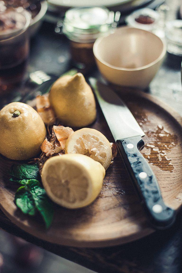 zitrone-grillen-zubereitung-brett-messer