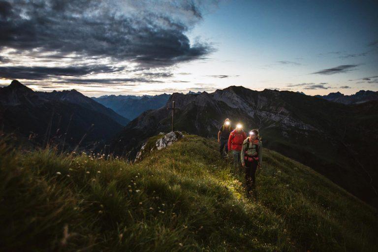 berg-wandern-stirnlampe-daemmerung