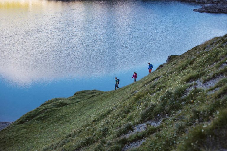 wandern-bergsee-freunde-hang